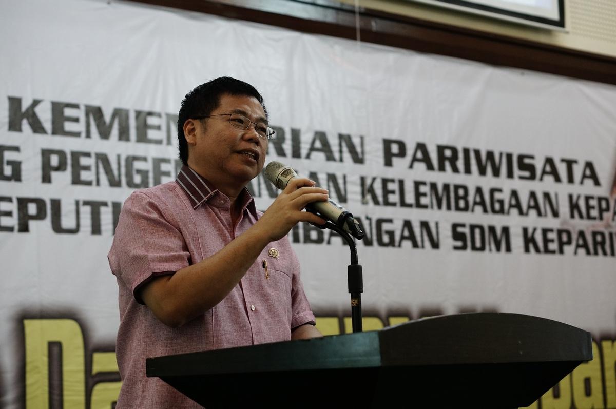 Bapak Sofyan Tan memberikan pengarahan tentang cara mengembangkan kepariwisataan di Medan